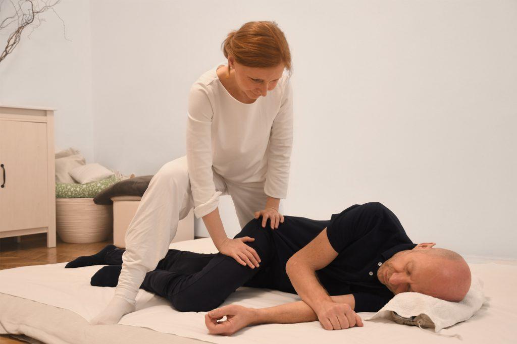 Shiatsu-Behandlung in Seitenlage (Gallenblasenmeridian am Bein)