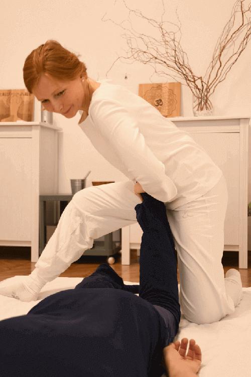 Shiatsu-Behandlung in Bauchlage - Fußdehnung