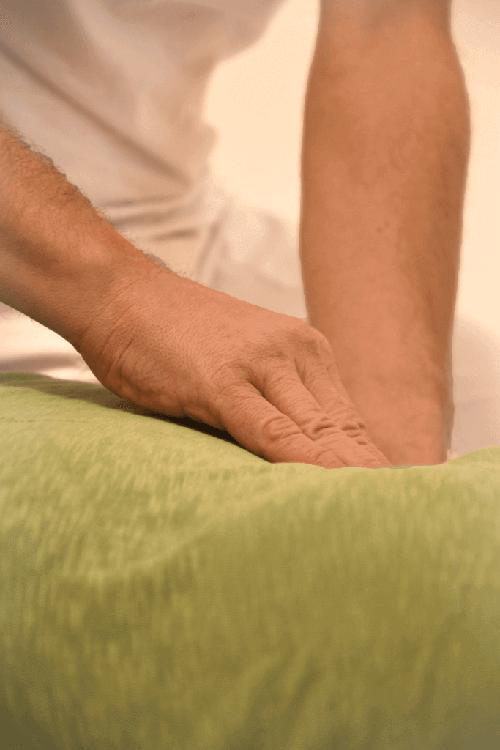 Shiatsu-Behandlung: Abtasten des Bauches/Hara