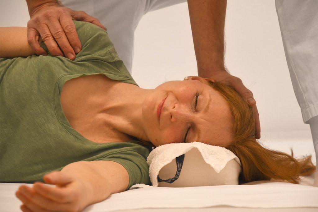 Shiatsu-Behandlung in Seitenlage (Gallenblasenmeridian am Kopf)