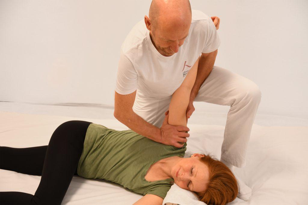Shiatsu-Behandlung in Seitenlage (Herzkonstriktor am Arm)