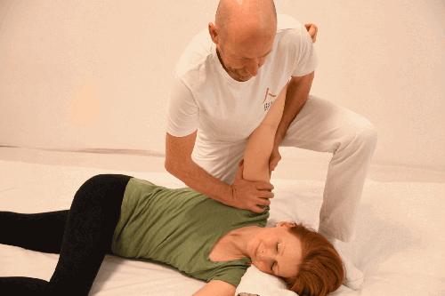 Shiatsu-Behandlung in Seitenlage (Herzkonstriktor am Arm) durch Philipp Bernhard Walz.