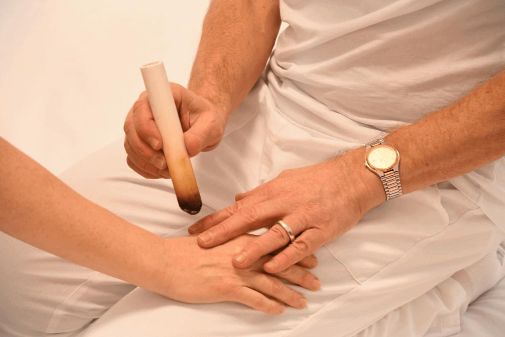 Shiatsu-Behandlung: Einsatz einer sog. Moxa-Zigarre