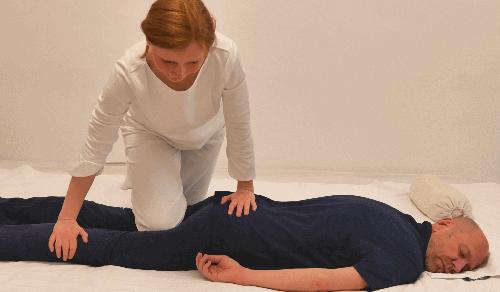 Martina Wieser-Walz, Shiatsu Practitioner, bei einer Behandlung in Bauchlage (Nierenmeridian am Bein).